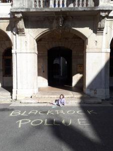 Même éphémères, les slogans tracés sur le sol montraient aussi que l'avenir de la planète sera aussi celui du devenir de nos enfants ( © Pierre Nouvelle ).