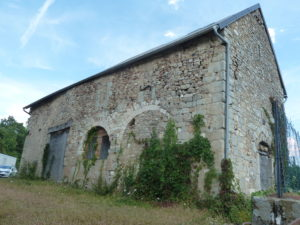 Passer d'une ancienne église muée en grange en un lieu de conservation des découvertes effectuées sur place ... ( © Pierre Nouvelle ).